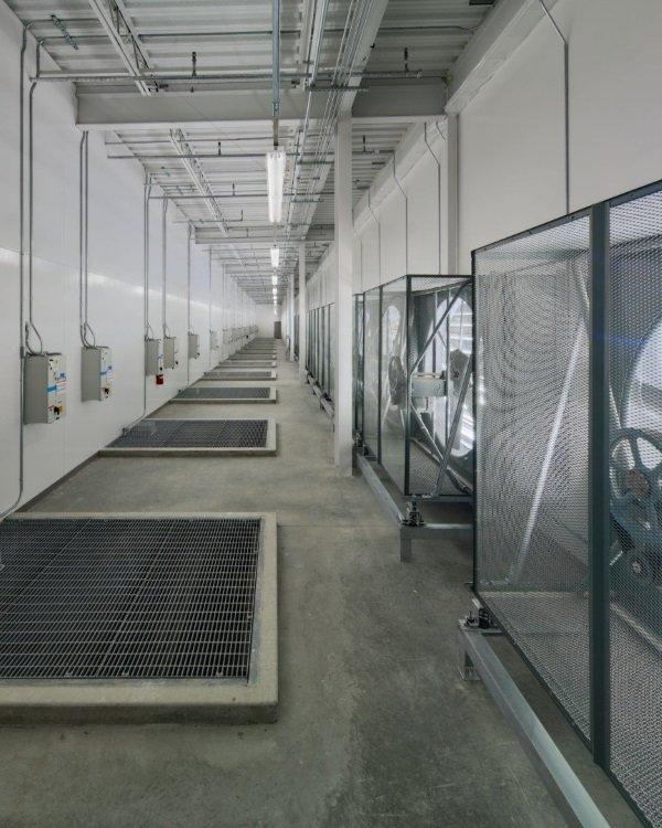 دمایی که به این سرورها برخورد داده می شود در پاره ای از موارد زیاد هم خنک نیست. در این تصویر فضایی تحت عنوان «اتاق ترکیب» را می بینید که در آن هوای سرد بیرون با حرارت ایجاد شده توسط سرورها ترکیب می گردد تا دما تعدیل شود.