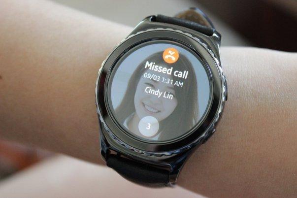 نسخه ای از ساعت هوشمند Gear S2 از استاندارد ارتباطی 3G پشتیبانی می کند و می توانید با آن تماس های صوتی را دریافت یا برقرار نمایید.