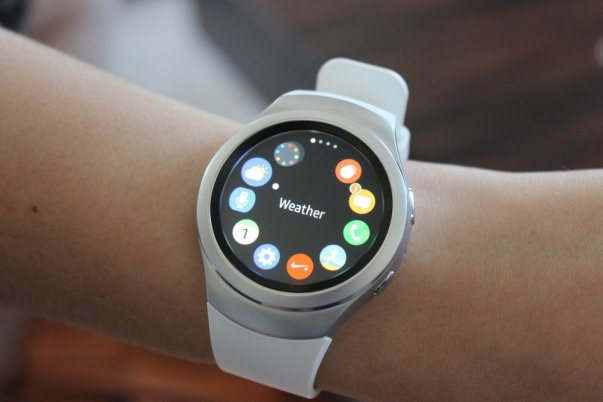 هر دو نسخه Gear S2 از سیستم عامل «تایزن» سامسونگ بهره می برند که با تلفن های های همراه مجهز به اندروید 4.4 و نسخه های بالاتر از آن سازگاری دارد. تصویری که در بالا می بینید هاب اپلیکیشن های ساعت را نشان می دهد.