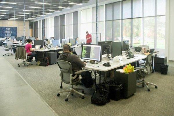 اما تمامی این فضا را سرورهای پیشرفته اشغال نکرده اند و در بخشی از آن نیز میزهای کارکنان قرار دارد.