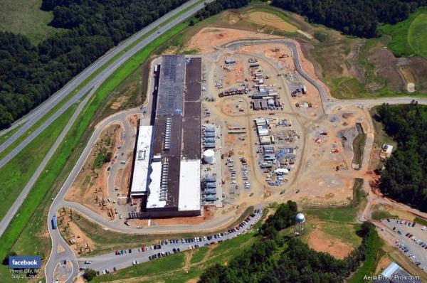 دیتاسنترهای گوگل از بیرون شبیه به کارخانجاتی عظیم به نظر می آیند. در این تصویر می توانید نمایی هوایی از تاسیسات فیسبوک واقع در کارولینای شمالی را ببینید که در زمینی به مساحت 300 هزار فوت مربع تاسیس شده است.