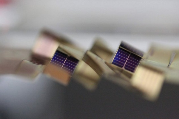 inspired-by-art-lightweight-solar-cells-track-the-sun-orig2-20150909