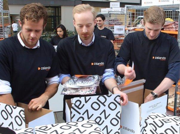 یکی از نخستین شرکت هایی که راکت اینترنت به تاسیسش کمک کرد Zalando (متعلق به رابرت گنتز و دیوید اشنیدر) بود که برپایه ایدهفروشگاهآنلاین کفش آمریکایی Zappos ساخته شده بود و عرضه اولیه سهام آن در سال 2014 میلادی، 5.3 میلیارد دلار را برایش به ارمغان آورد.