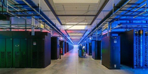 دفعه دیگری که سری به فیسبوک خود زدید، به یاد بیاورید که همه تعاملات شما از این پایگاه های داده ای عبور خواهند کرد؛ یعنی جایی که سرورهای این شرکت روزانه بیش از 10 تریلیون درخواست را مدیریت می کنند.