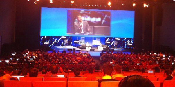 دسامبر 2008: کالانیک نخستین بار ایده اوبر را در کنفرانس تکنولوژی LeWeb می شنود. او این ایده راروشی مناسب برای پایین آوردن هزینه شرکت های کرایه تاکسیبا استفاده از تلفن همراه قلمداد نمود.