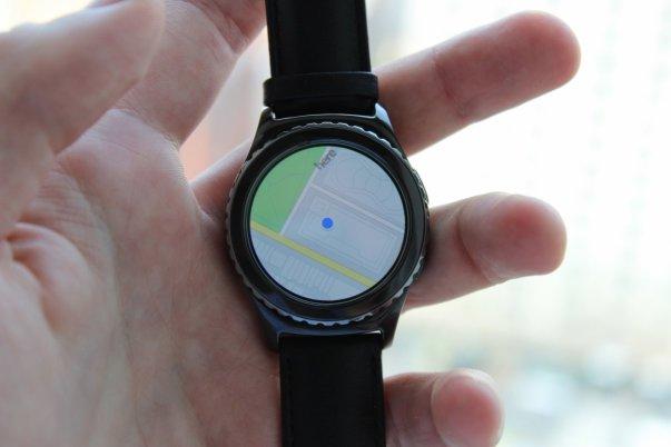 می توانید از طریق سرویس گوگل مپس روی این ساعت، مسیر مورد نظرتان را پیدا کنید.