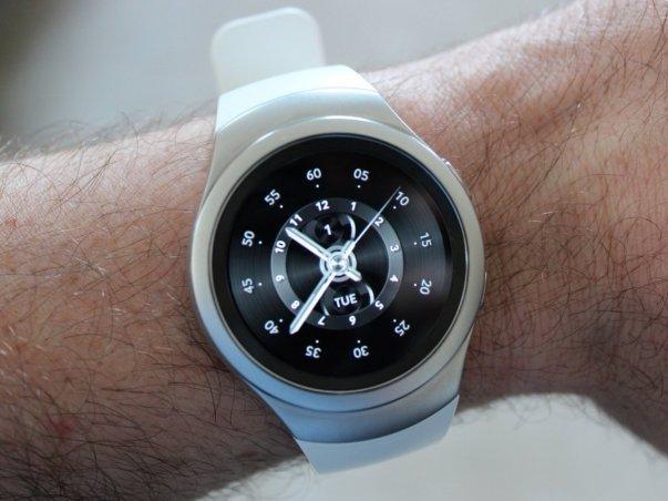 بند و مواد در نظر گرفته شده برای بدنه این ساعت تنوع آنچه برای موتو 360 طراحی شده را ندارند، در مقابل می توانید دل خوش به واچ فیس های زیبایی باشید که سامسونگ برایتان در نظر گرفته و برخی از آنها نیز طرح های کلاسیکی دارند.