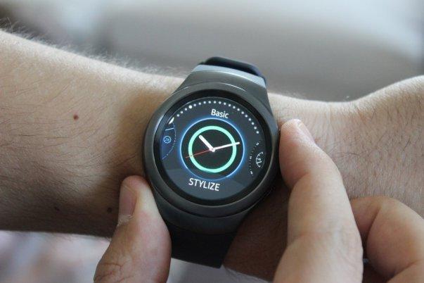با چرخاندن حاشیه پیرامونی ساعت می توانید آپشن ها و منوی های مختلف ساعت را زیر و رو کنید. این حاشیهچرخش نرمی دارد و برای اینکه در زمان تغییر منو بازخوردهای لازم را به شما بدهد، قابلیت کلیک شدن دارد.