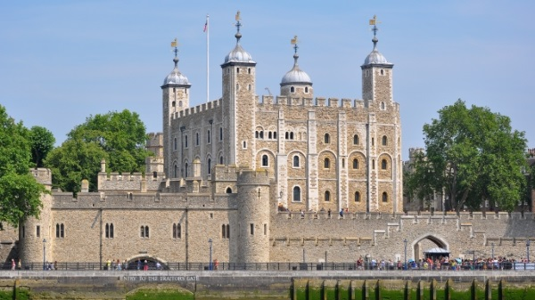 Tower_of_London_viewed_from_the_River_Thames-E