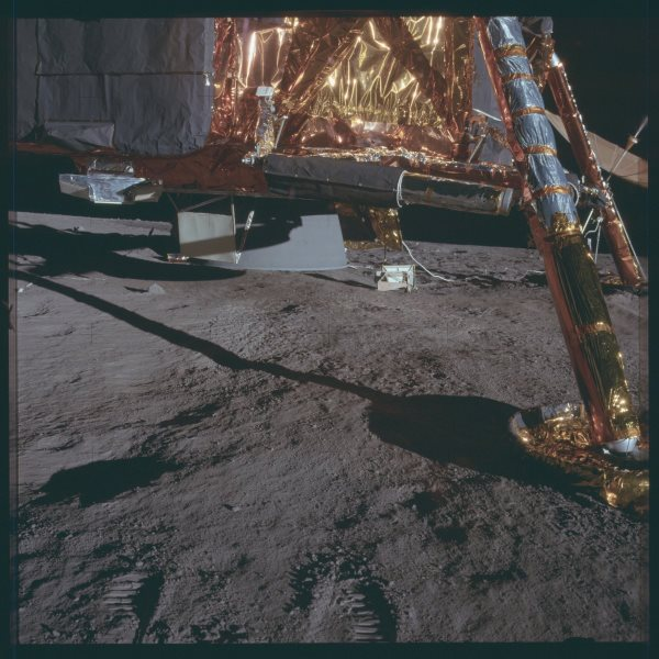 apollo-12-gold-foil-reflects-sunlight-more-efficiently-than-aluminum-or-silver-which-kept-the-spacecraft-from-overheating