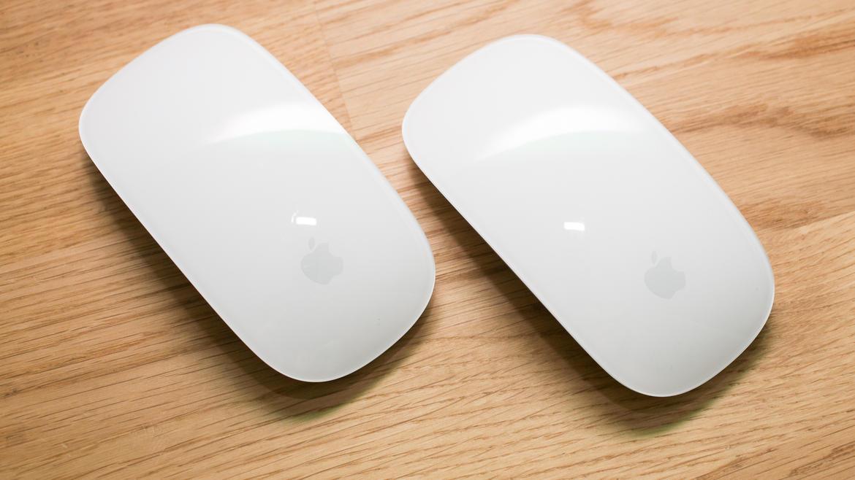 Magic Mouse 2 در سمت راست و Magic Mouse در سمت چپ