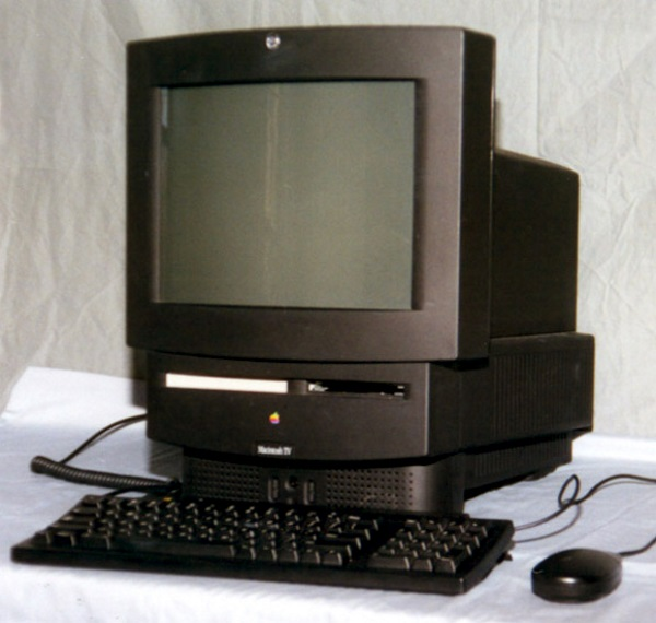 اهالی کوپرتینو مدت ها قبل از ساخت اپل تی وی بخت خود را در ساخت دستگاهی به نام مکینتاش تی وی آزموده بودند. این دستگاه در سال 1993 میلادی عرضه گردید و مجهز به یک تیونر کانال های کابلی بود و کاربران آن می توانستند هر زمان که می خواهند تماشای تلویزیون از طریق آن را کنار گذاشته و از دستگاه به عنوان یک کامپیوتر استفاده نمایند. ظاهرا نام این محصول باعث شد موفقیتی که شایسته اش بود را پیدا نکند.