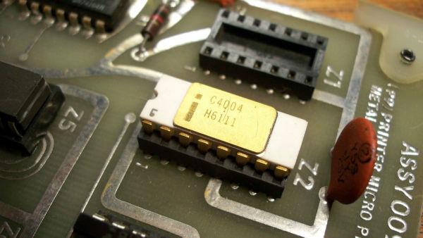 کارها خیلی زود جلو می رفت. در سال 1971 میلادی، اینتل پردازنده 4004 را عرضه کرد که در اصل نخستین تراشه ارزان قیمت و قابل اطمینان برای مصارف خانگی بود. در سال 1973 میلادی، نسخه بهتری از این چیپ با نام 8080 عرضه گردید و مشتاقان آماتور کامپیوتر را به خود جلب کرد.