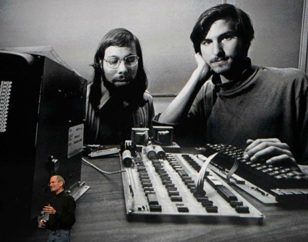 در نخستین گردهمایی این گروه، جابز و وزنیاک از نزدیک با دستگاهی به نام Altair 8800 آشنا شدند که در اصل نوعی میکرو کامپیوتر مبتنی بر چیپ های ساخت اینتل بود.