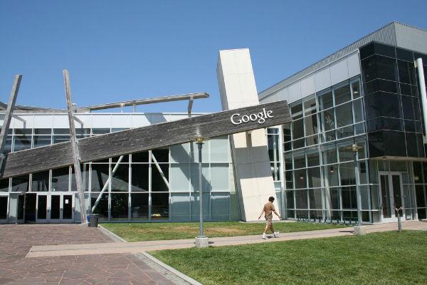 در سال 2003 میلادی گوگل نیز ساختمان و محوطه Googleplex را از شرکت سیلیکون گرافیکس اجاره و در سال 2006 قرار داد خرید آن را نهایی کرد.
