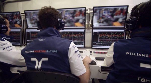 در این تصویر مهندسان شرکت ویلیامز را می بینید کمه سخت مشغول کار هستند و داده های مسافتی و فیدهای ویدئویی را از اتومبیل ها دریافت می کنند.