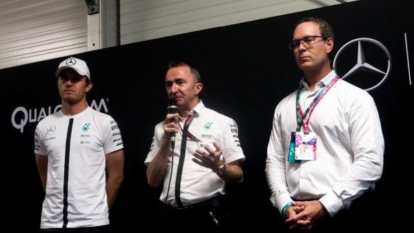 نیکو رزبرگ راننده مرسدس، پدی لو، مدیر تیم و دریک آبرلی از شرکت کوالکام در مورد اهمیت حسگرهای اندازه گیری دما با استفاده از دوربین های مادون قرمز برای تیم می گویند.