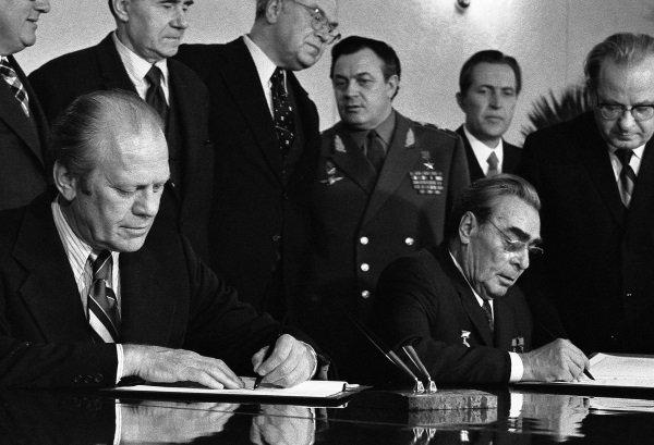 پس از تست های انجام شده روی این بمب ها در جریان جنگ سرد، ایالات متحده آمریکا توافق منع تکسیر این تسلیحات را به امضا رساند و وعده داد که ذخایر تسلیحات هسته ایش را محدود کرده و کاهش دهد.
