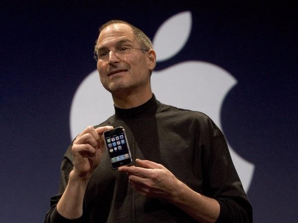 در اواخر سال 2004 میلادی و سال ها قبل از آنکه حرف از آیفون به میان بیاید، گروه کوچکی از مهندسان اپل کارشان را روی یک پروژه مخفی آغاز کردند.