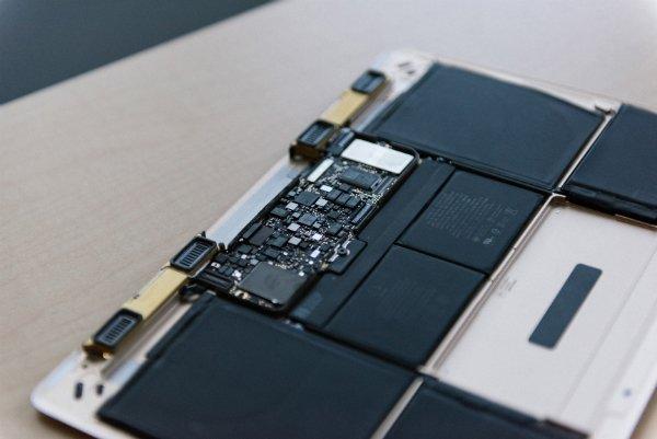 بخش درونی MacBook؛ مادربردی بسیار کوچک در کنار باتری های نوین اپل که از چندین قسمت مجزا تشکیل شده اند.