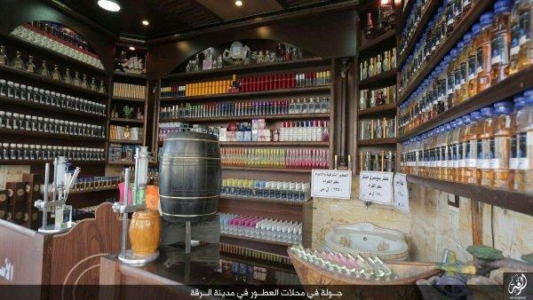 تصویری که یک عطرفروشی در رقه سوریه را نشان می دهد