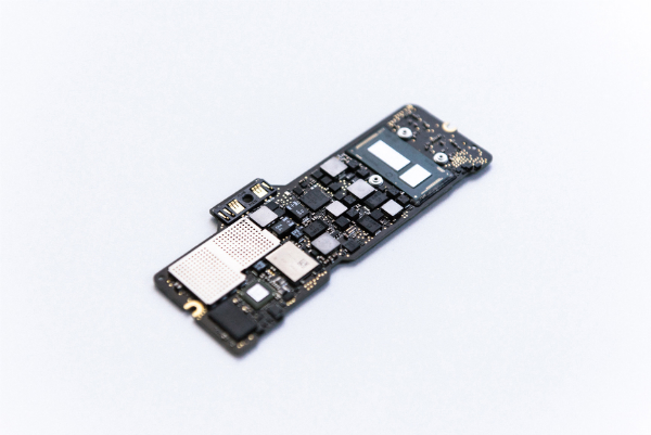 مادربرد مک بوک جدید اپل کوچکترین لاجیکبردی است که این شرکت تا کنون توسعه داده و می توان در هر دو سوی آن، چیپ های بیشماری را دید.