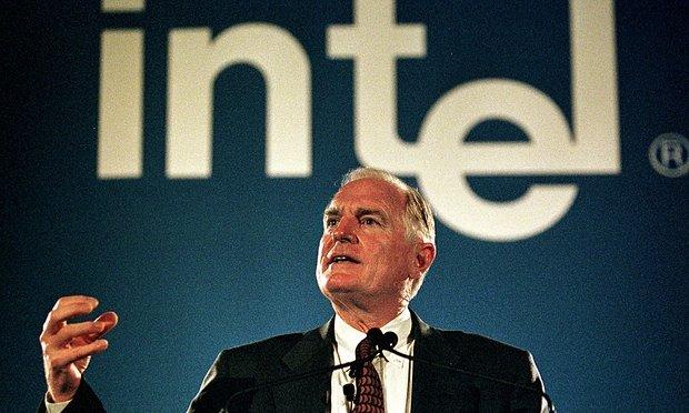 Craig Barrett، نماینده و مدیر عامل اینتل در انتهای دهه ۹۰ میلادی؛ شخصی که با همکاری مایکروسافت بازار کامپیوترهای شخصی را رهبری می کرد.