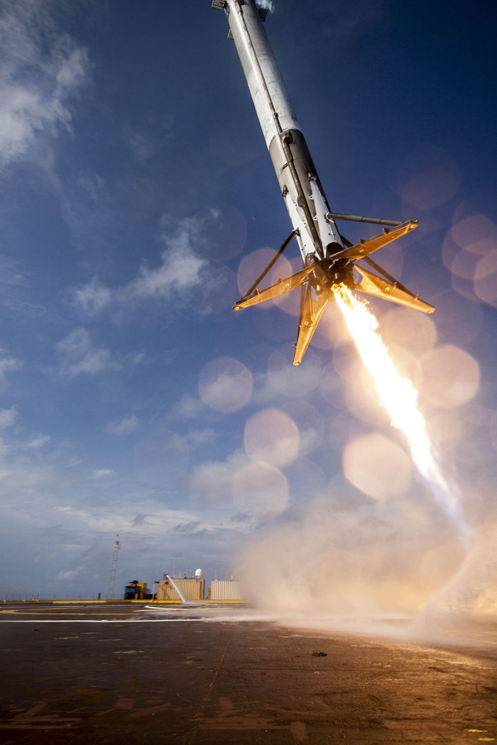 CRS-6_first_stage_booster_landing_attempt-w700