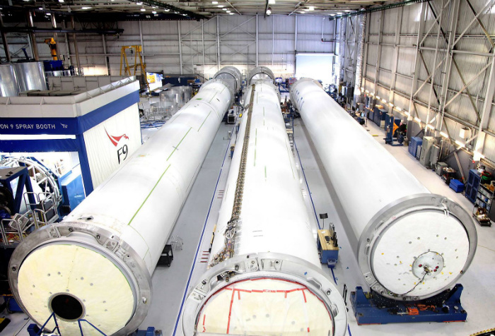 Falcon_9_rocket_cores_under_construction_at_SpaceX_Hawthorne_facility_(16846994851)-w700