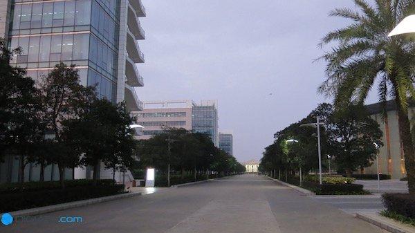 درست در قلب شهر شنزن، هوآوی فضایی عظیم را برای مجموعه خود در نظر گرفته است. دفتر مرکزی هوآوی دو کیلومتر مربع وسعت دارد و ساختمان های بسیاری را در خود جای داده است. این فضا آنقدر بزرگ است که در خیابان های آن از علائم ترافیکی استفاده شده و برای هر بخش نام گذاری به خصوصی صورت گرفته است.