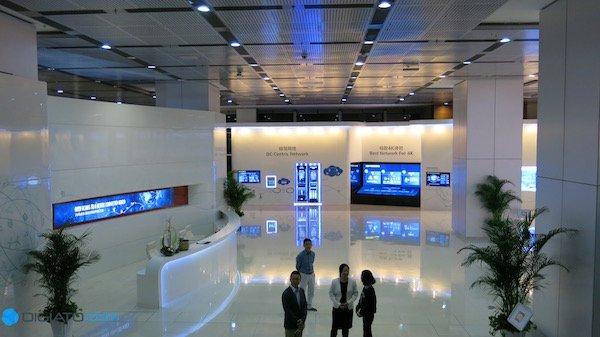 در طبقه زیرین دفتر مرکزی هوآوی، فضایی اختصاصی یافته است که در آن کلیه فعالیت های هوآوی تشریح شده است. بازدید کنندگان به مراجعه به این قسمت می توانند با جزییات پروژه های مختلف هوآوی آشنا شوند.