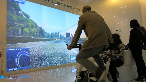 هوآوی معتقد است که با تامین پهنای باند مورد نیاز خانه ها، می توان ابداعات بسیاری را خلق نمود. برای مثال در این عکس، دوچرخه ای را مشاهده می کنید که اطلاعات آن به ویدیویی که در حال پخش است منتقل می شود. این ویدیو فضایی مجازی از خیابان را نشان می دهد و شرایط را به نحوی رقم می زند که کاربر احساس می کند در آن حضور دارد. حرکت در این خیابان توسط دکمه هایی که بر روی دوچرخه قرار دارد صورت می پذیرد و سرعت حرکت بستگی به رکاب زدن شما دارد. در واقع بدین ترتیب ورزش کردن در خانه با لذت بیشتری همراه می گردد.