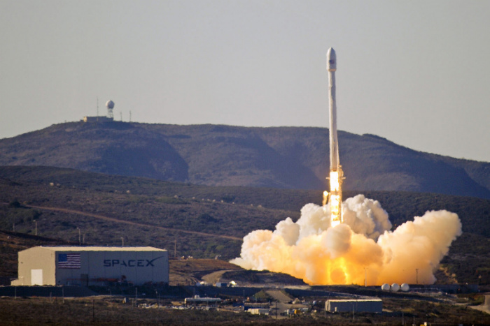 Launch_of_Falcon_9_carrying_CASSIOPE_(130929-F-ET475-012)-w700