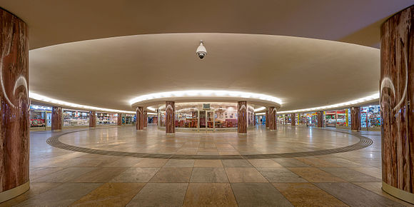 مقام هفتم: نمایی از فضای داخلی سالن اصلی متری وین که در نزدیکی تالار اپرای وین قرار گرفته؛ ثبت شده توسطThomas Ledl