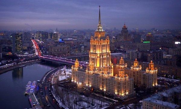 چپل زمان را از دست نداد و با مراجعه به شرکت های توریستی و آژانس های مسافرتی متعدد به کشورهای مختلفی از جمله روسیه سفر کرد و از ساختمان های مشهوری نظیر هتل Ukraina عکس گرفت.