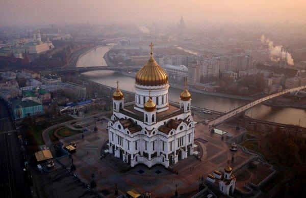 در اینجا عکسی از کلیسای مسیح در مسکو را می بینید که در کرانه های رود Moskva بنا گردیده.