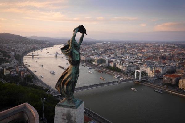 در سال 2014 میلادی، اداره هوانوردی آمریکا، به پرواز درآوردن پهپادها برای مقاصد تجاری از جمله عکاسی را ممنوع اعلام کرد و به دنبال آن، دیگر کشورهای دنیا نیز قوانین مشابهی را وضع کردند (نمایی از مجسمه آزادی بر باد رفته در بوداپست).