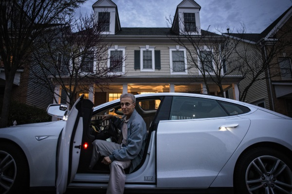 خروج خودکار خودروی مدل اس تسلا از پارکینگ [تماشا کنید]