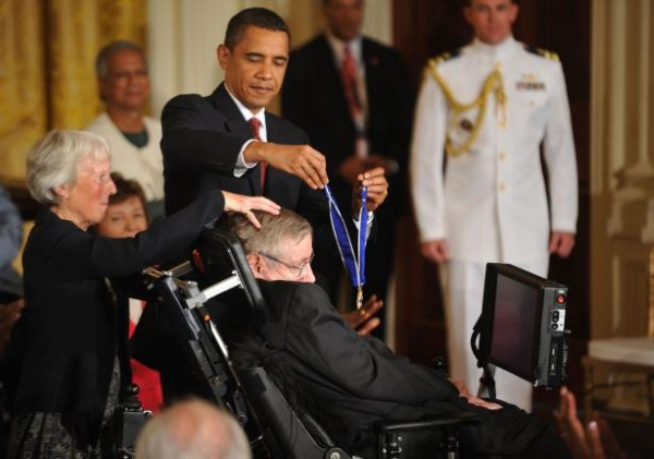 President Obama presents the Presidential Medal of Freedom to Stephen Hawking in Washington 1 نا گفته هایی از زندگی استیون هاوکینگ اخبار IT