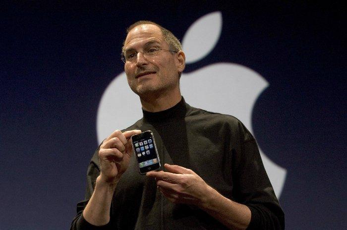 در سال ۲۰۰۷ بود که اپل «آیفون» را معرفی کرد؛ محصولی که دنیای دیجیتال را درگیر خود کرد و ورق را به نفع اپل برگرداند.
