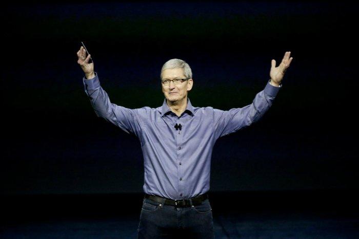 در ابتدای سال ۲۰۱۱ و پس از اوج گرفتن بیماری جابز، تیم کوک دوباره به عنوان مدیر عامل موقت منصوب می شود. در آگوست ۲۰۱۱ جابز به طور کلی از جایگاه اش استعفا می دهد تا تمرکز خود را بر روی سلامتی اش قرار دهد. هیئت مدیره اپل که جابز هم جزیی از آن بود، تیم کوک را به عنوان مدیر عامل دائم انتخاب می کند.