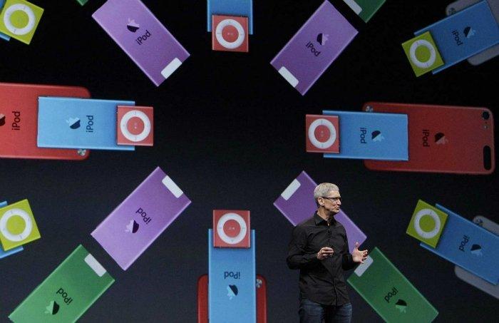 از ابتدای سال ۲۰۰۵، تیم کوک شروع به یافتن شرکت های شخص ثالث و بستن قراردادهایی با آنها کرد که آینده اپل را تضمین می نمودند. برای مثال، وی با چند تامین کننده حافظه داخلی و ذخیره سازی اطلاعات قرارداد بست، حافظه هایی که بعدا به شکل گسترده در آیفون و آیپد مورد استفاده قرار گرفتند.