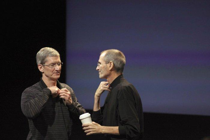 در همان سال استیو جابز، تیم کوک را یک قدم به هسته اصلی تجارت اپل نزدیک تر کرد و او را به عنوان معاون ارشد عملیاتی اپل منصوب نمود. در آن زمان برخی از کارمندان اپل بیان کرده بودند که تا قبل از آن هم این تیم کوک بوده که بیشتر هماهنگی ها را انجام داده و استیو جابز فقط در تصمیم گیری های بسیار مهم مشارکت می کرد.