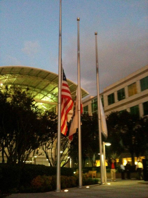 استیو جابز در اکتبر ۲۰۱۱ به علت بیماریسرطان پانکراس جان خود را از دست می دهد و به دستور کوک، پرچم های مستقر در ورودی مقر اصلی اپل در کوپرتینو به احترام او، به حالت نیمه برافراشته در آورده می شوند.