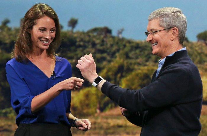 در سال ۲۰۱۵ بود که اپل اولین محصول پوشیدنی خود را تحت عنوان «اپل واچ» به بازار عرضه کرد. گجت مورد اشاره را می توان اولین دستگاهی پس از جابز از سوی اپل دانست.