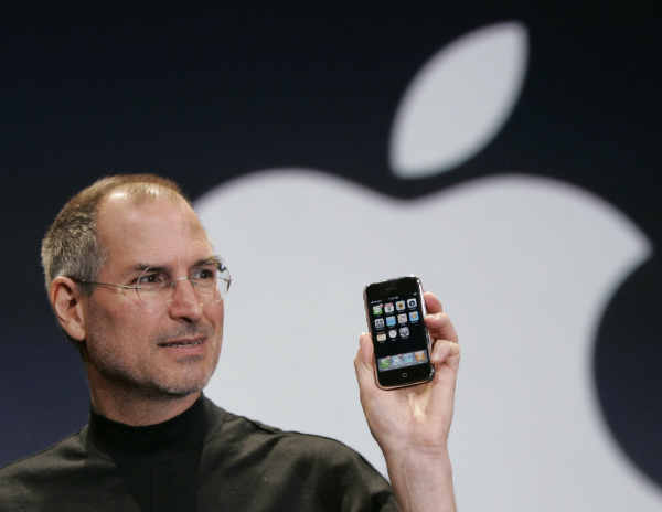 استیو جابز در MacWorld 2007 از آیفون رونمایی می کند.
