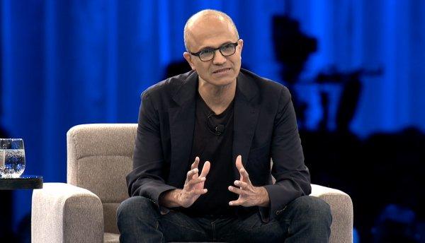 با قدم گذاشتن به سال 2016، نادلا باز هم مجبور است که با چالش های مختلفی دست و پنجه نرم کند. مایکروسافت هنوز هم در بخش اسمارت فون با مشکل روبروست و کاهش فروش واحد پی سی آن نیز اثری نامطلوب بر جاه طلبی های ویندوز 10 گذاشته است. کنسول اکس باکس وان نیز با مشکلات عدیده ای برای رقابت با پلی استیشن 4 روبروست.