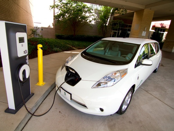 in-2010-nissan-begin-delivering-its-all-electric-leaf-in-the-us