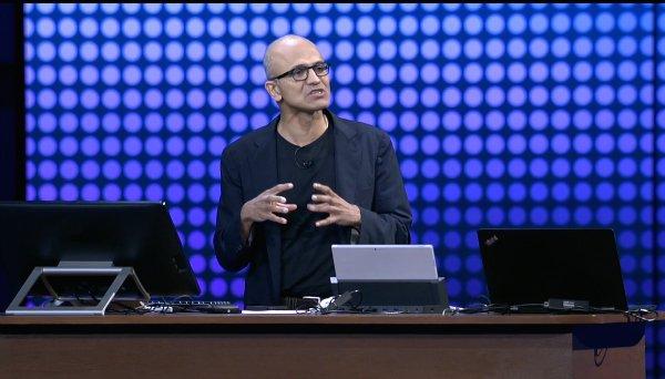 در سال 2015 نادلا برای نشان دادن اپلیکیشن های محبوب خود از یک آیفون استفاده کرد و قدم به روی استیج گذاشت.