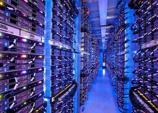 در فوریه 2011، نادلا یک ترفیع دیگر را دریافت کرد و این بار ریاست بخش سرورها و ابزارهای مایکروسافت به او محول شد. در آن زمان، گروه یاد شده بر محصولات پرسود شرکت نظارت داشت و در عین حال پلتفرم ابری Azure که در اصل حاصل بلند پروازی های بالمر بود را نیز میزبانی می کرد.